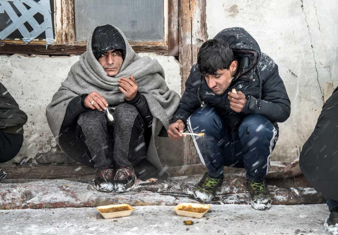 Övergivna lagerlokaler vid centrala busstationen i Serbiens huvudstad Belgrad har blivit tillfälliga hem åt flyktingar, främst från Afghanistan och Pakistan.