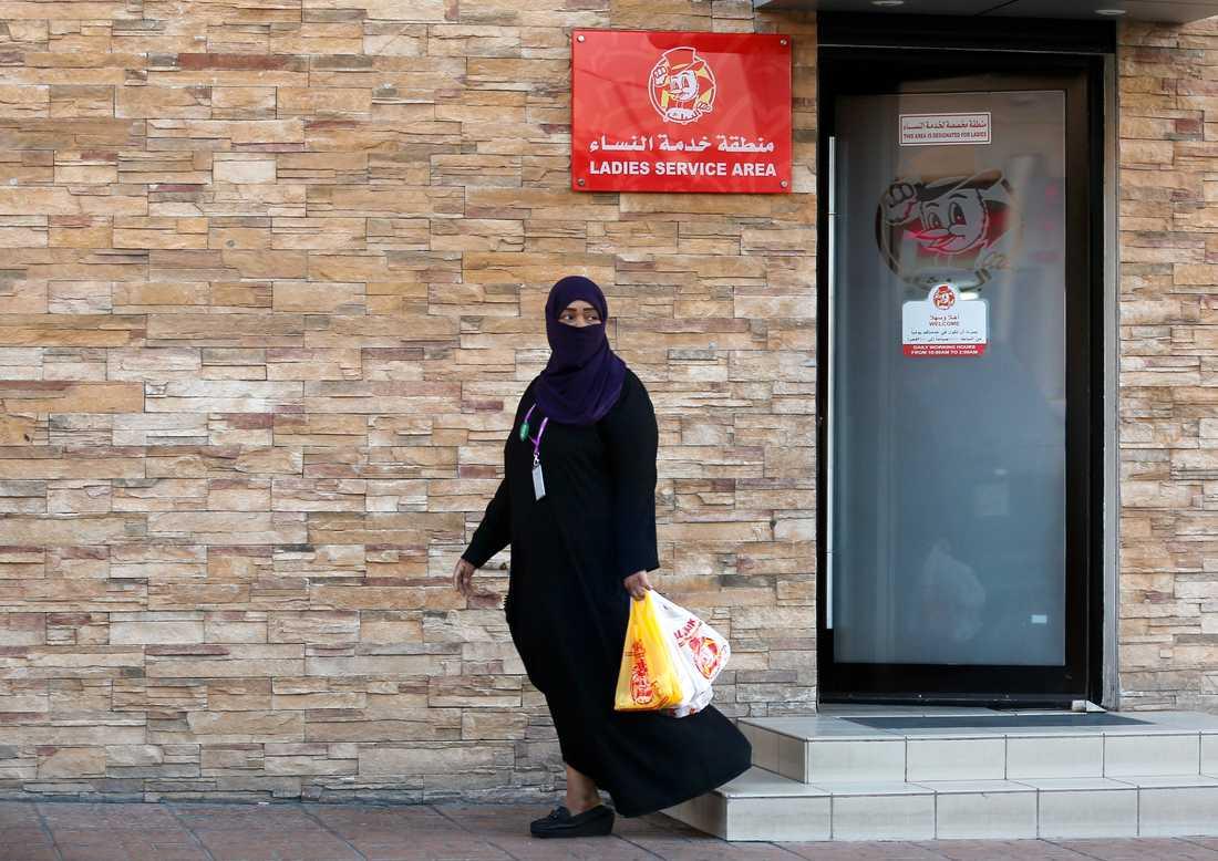 En kvinna i saudiarabiska Jidda lämnar en restaurang via en dörr avsedd enbart för kvinnor.