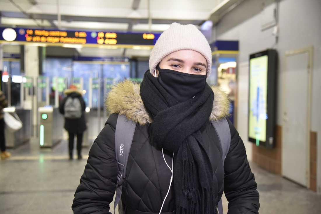 María Rhenals Jimenez måste ta sig till jobbet via kollektivtrafiken. Hon är en av många som bär munskydd med anledning av Folkhälsomyndighetens nya råd.