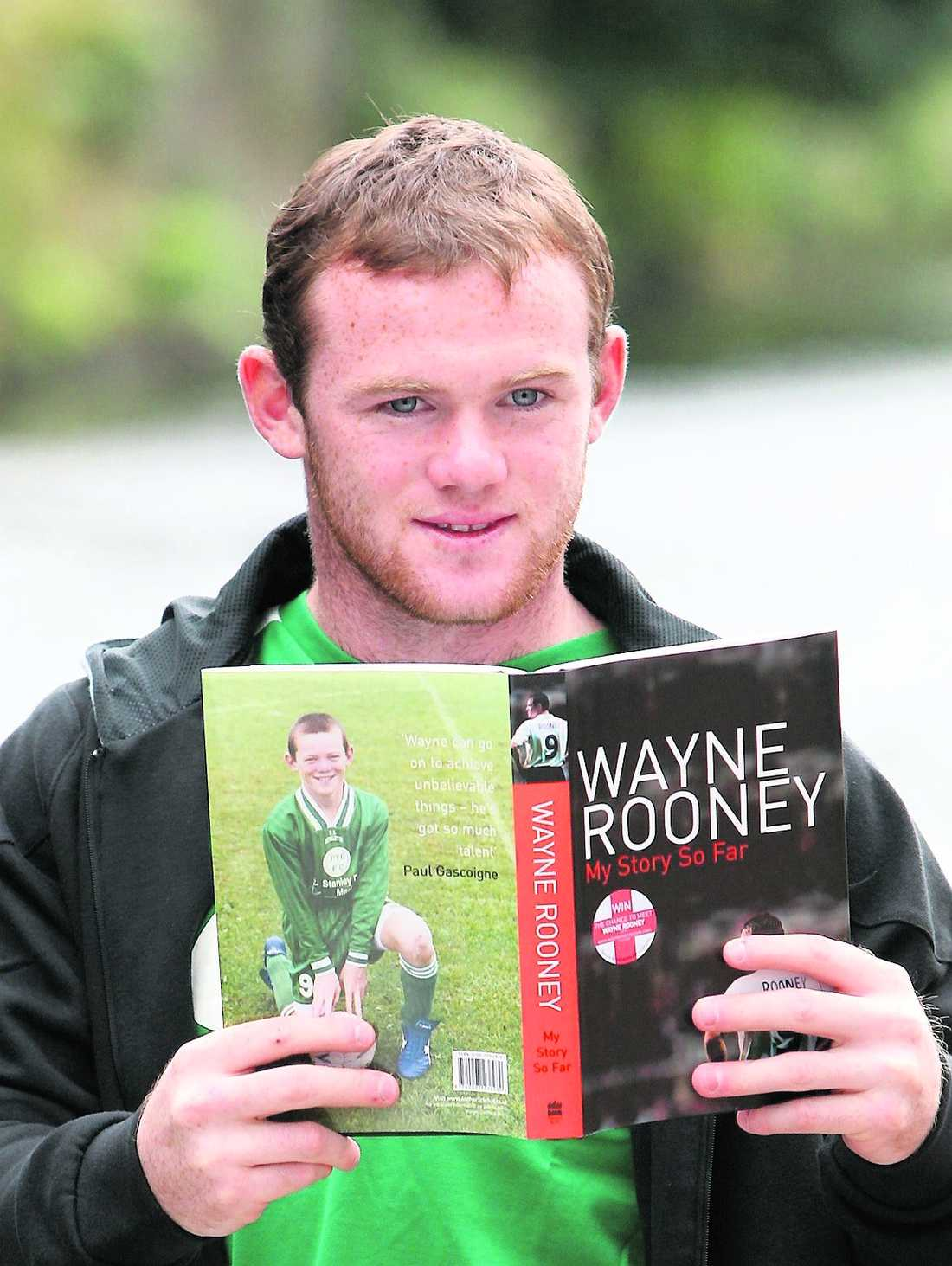 I Storbritannien kampanjar fotbollsspelaren Wayne Rooney för att få unga att läsa – här med sin egen självbiografi. Även i Sverige behövs förebilder för att främja litteraturintresset, enligt FP.
