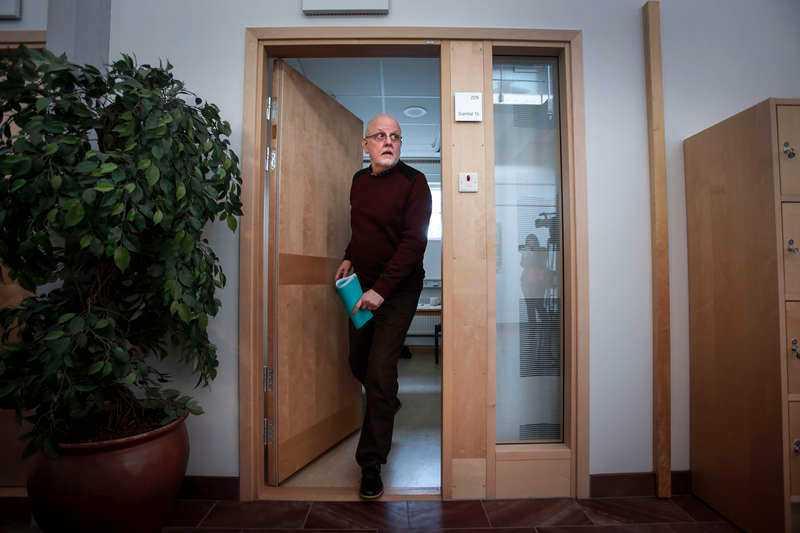 Sture Bergwall rörde sig fritt bland allmänhet och journalister vid förhandlingarna i Falun i går. Flera experter uttalade under gårdagen sitt stöd för att Bergwall ska släppas fri, eller i alla fall börja slussas ut från sin behandling på Säter.