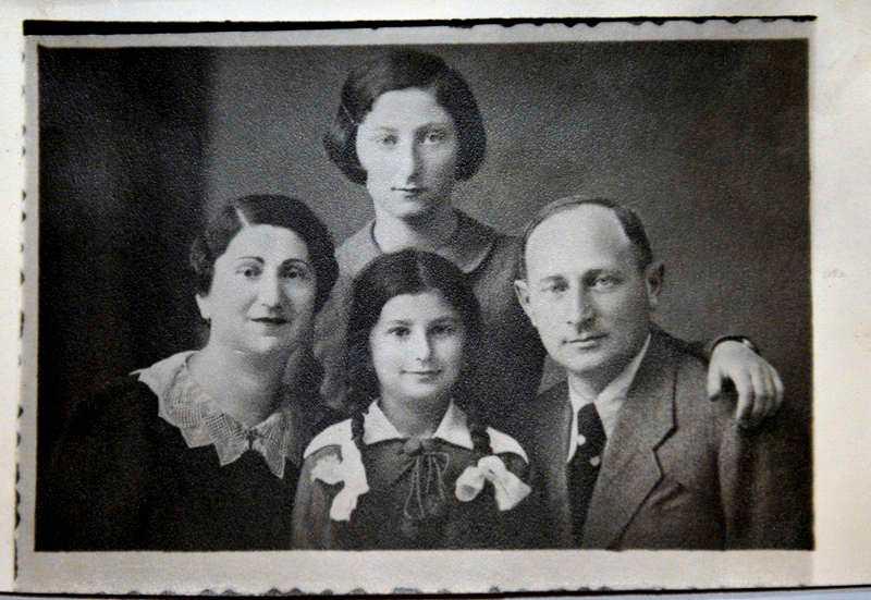 Livia Fränkel med sin familj. Hon och systern överlevde Förintelsen.