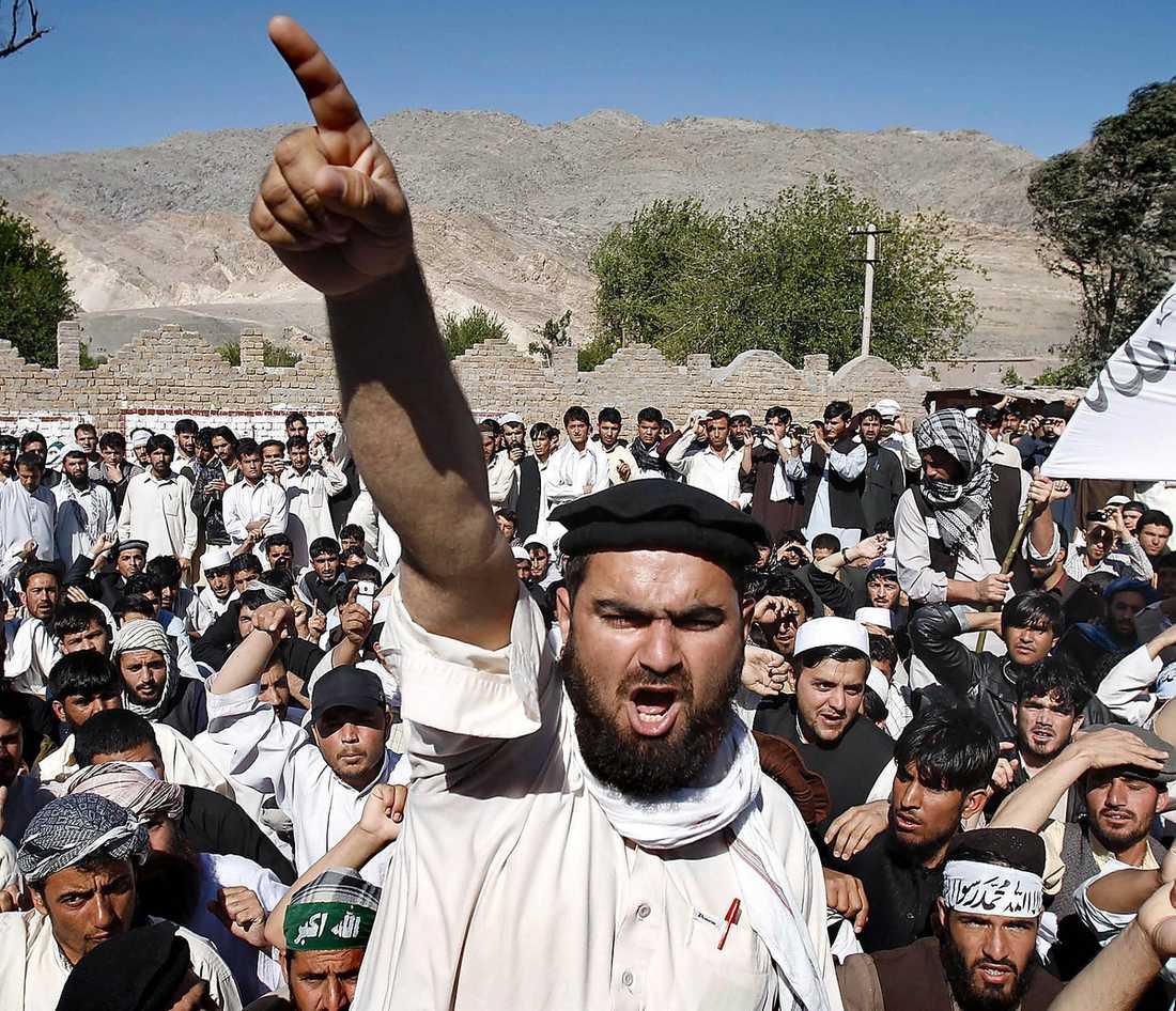 Demonstranter ropar slagord mot USA i Jalalabad i söndags. Rapporteringen i svenska media från Afghanistan är ytlig och fördomsfull, skriver Dan Jönsson.
