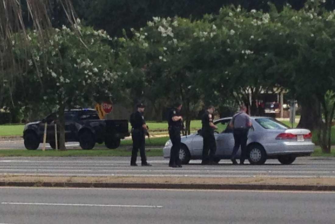 Polisen pratar med en förare i närheten av platsen där flera poliser blev skjutna.
