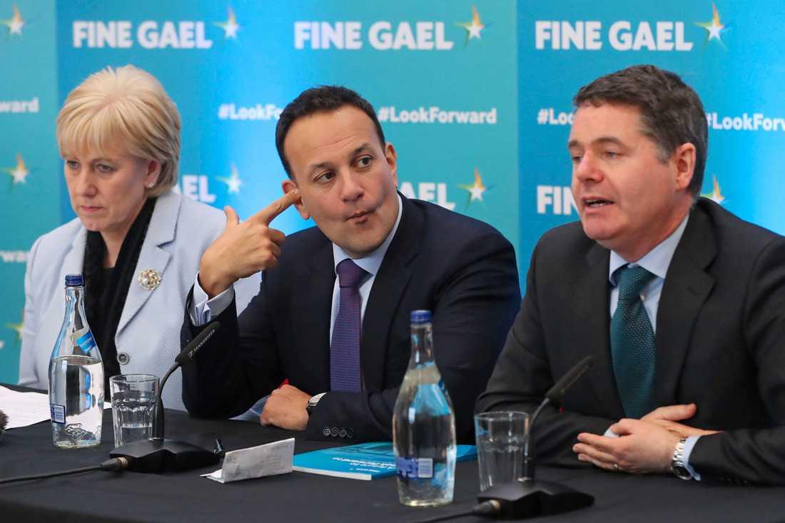 Irlands premiärminister Leo Varadkar i mitten, flankerad av näringslivsminister Heather Humphrey och finansminister Pascal Donohoe vid en pressträff i Carlow under torsdagen.