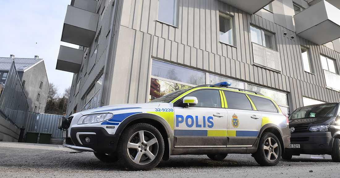Polis på plats vid huset
