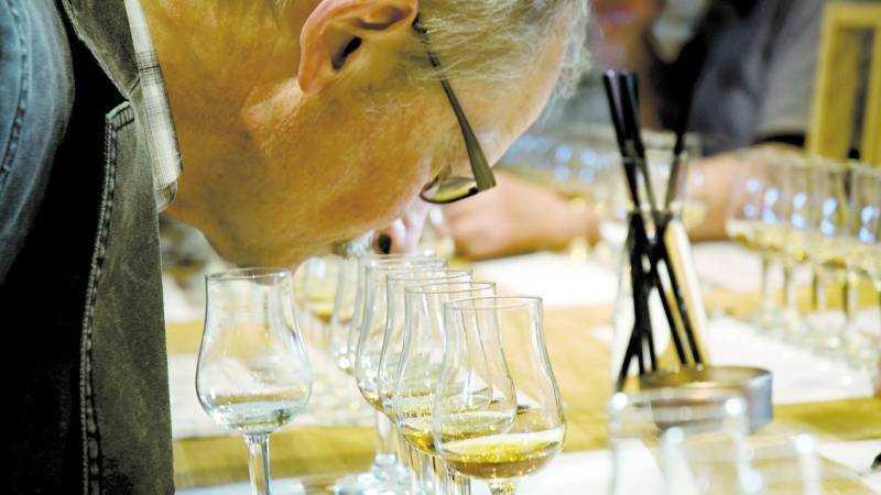 6 sorters whisky Drycken hälls upp i sex provningsglas och besökarna luktar och smakar på droppar från bourbon-, sherry- och nybyggda ektunnor.