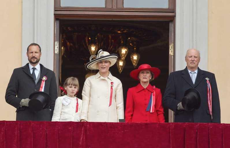 """""""Ja, vi elsker detta landet"""" Efter barntåget gick den norska kungafamiljen ut på balkongen på Slottet i Oslo och sjöng nationalsången."""