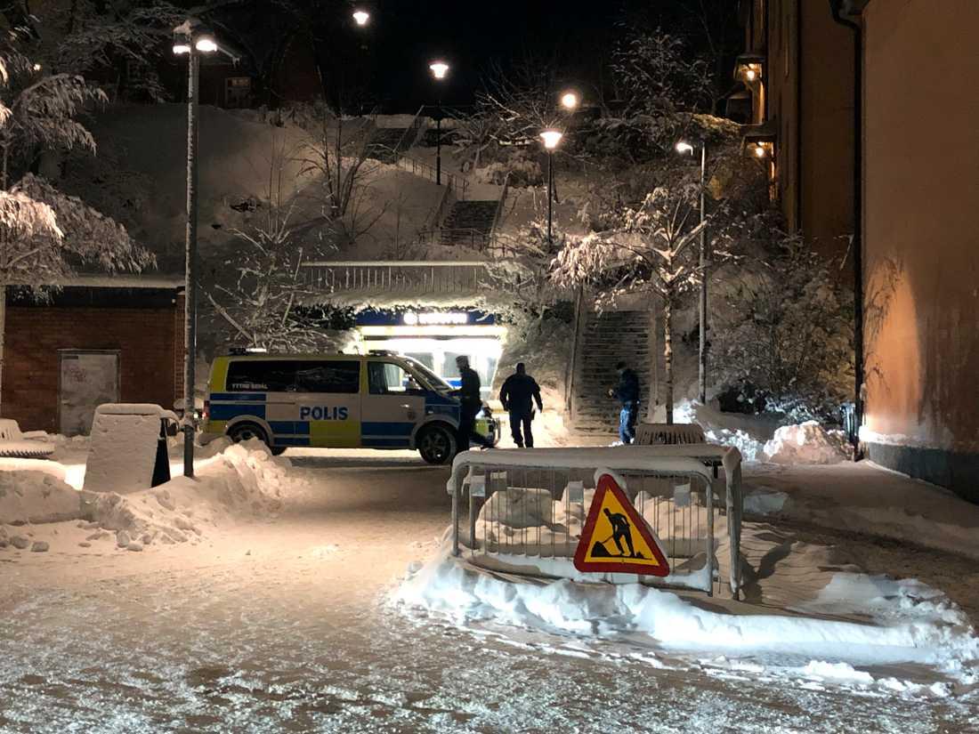 De två yngre männen greps efter en timme vid Ropstens tunnelbanestation.
