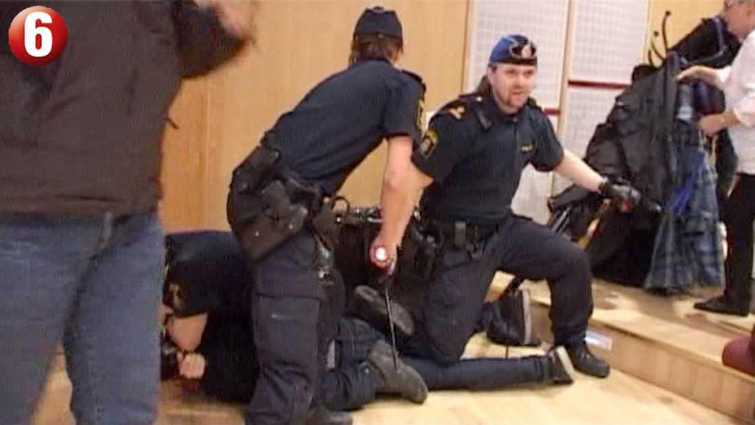 Två personer greps direkt på platsen och sent i går grep polisen även en tredje person.