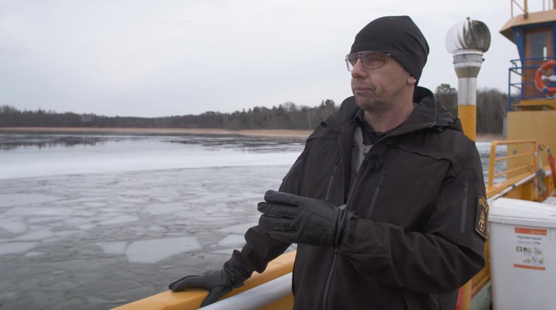 Patrik Zanders, utredare, pekar ut platsen där fiskaren ska ha bogserat tjuvarna.