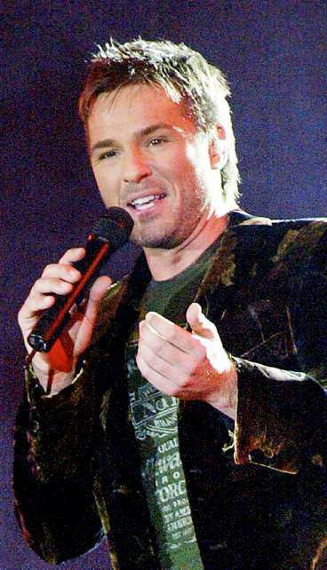 Peter Jöback har fått byta ut sina sånger.