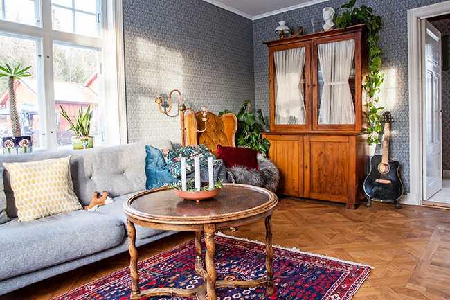 I vardagsrummet ligger ett gammalt parkettgolv i ek som rivits ut från en våning på Östermalm i Stockholm. Det var mycket jobb med att jämna till och lägga varje parkettbit på plats.