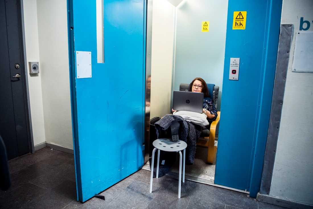 Anette Äkäslompolo har ockuperat hissen tills problemet är löst.
