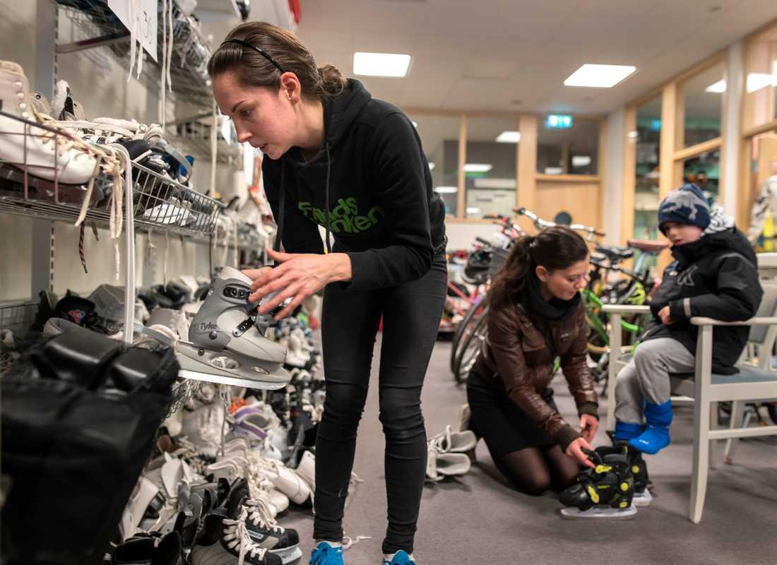 Fanny Sannerud med kunderna, Melinda Vaczlavik och sonen Benjamin som skall åka skridskor.