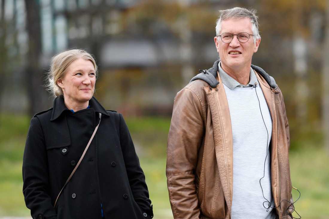 Malin Grape och Anders Tegnell promenerade till presskonferensen.