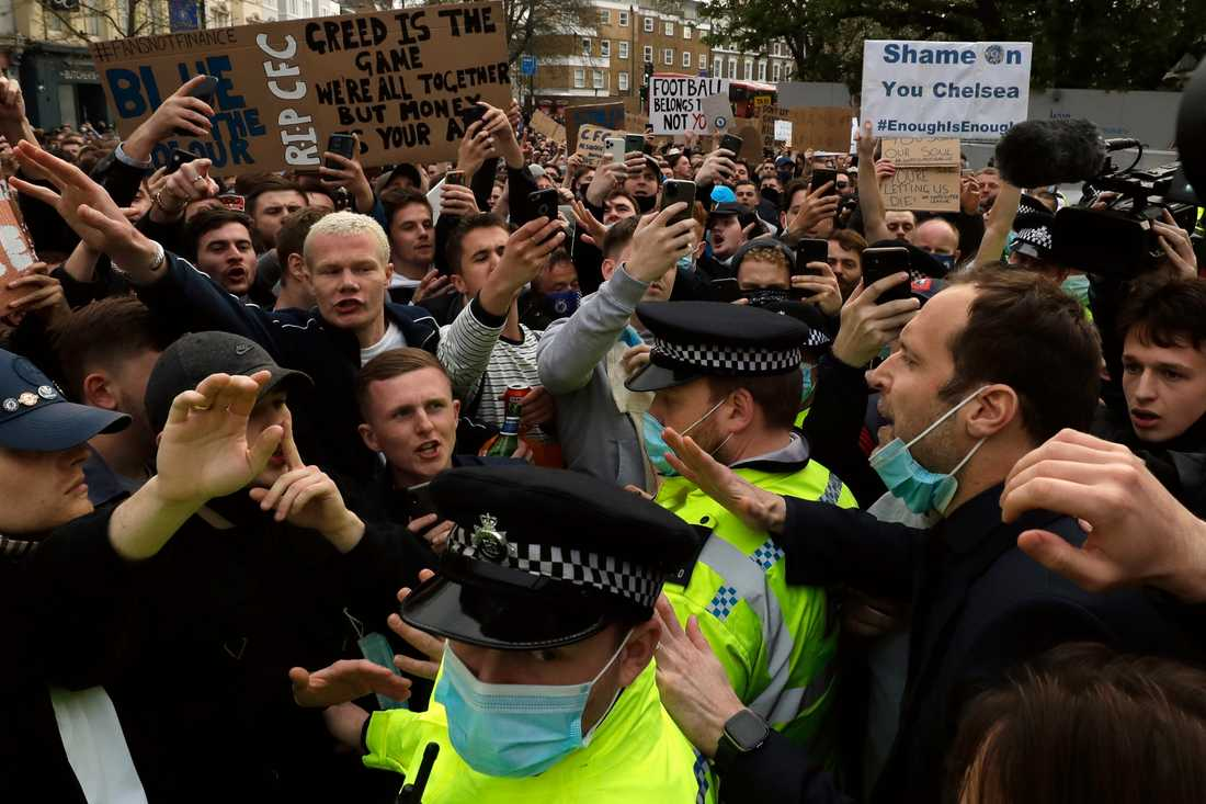 Chelsea uppges dra sig ur superligan. Mängder med fans protesterade utanför Stramford Bridge inför kvällens match mot Brighton.