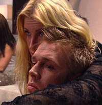 Ska Dennis få stanna? Kompisarna Mia och Johan var nervösa i greenroom.