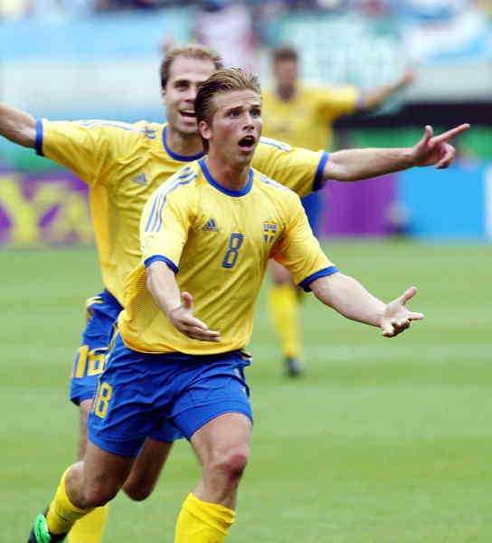 Anders Svensson efter den oförglömliga frisparken i VM 2002 mot Argentina. Foto