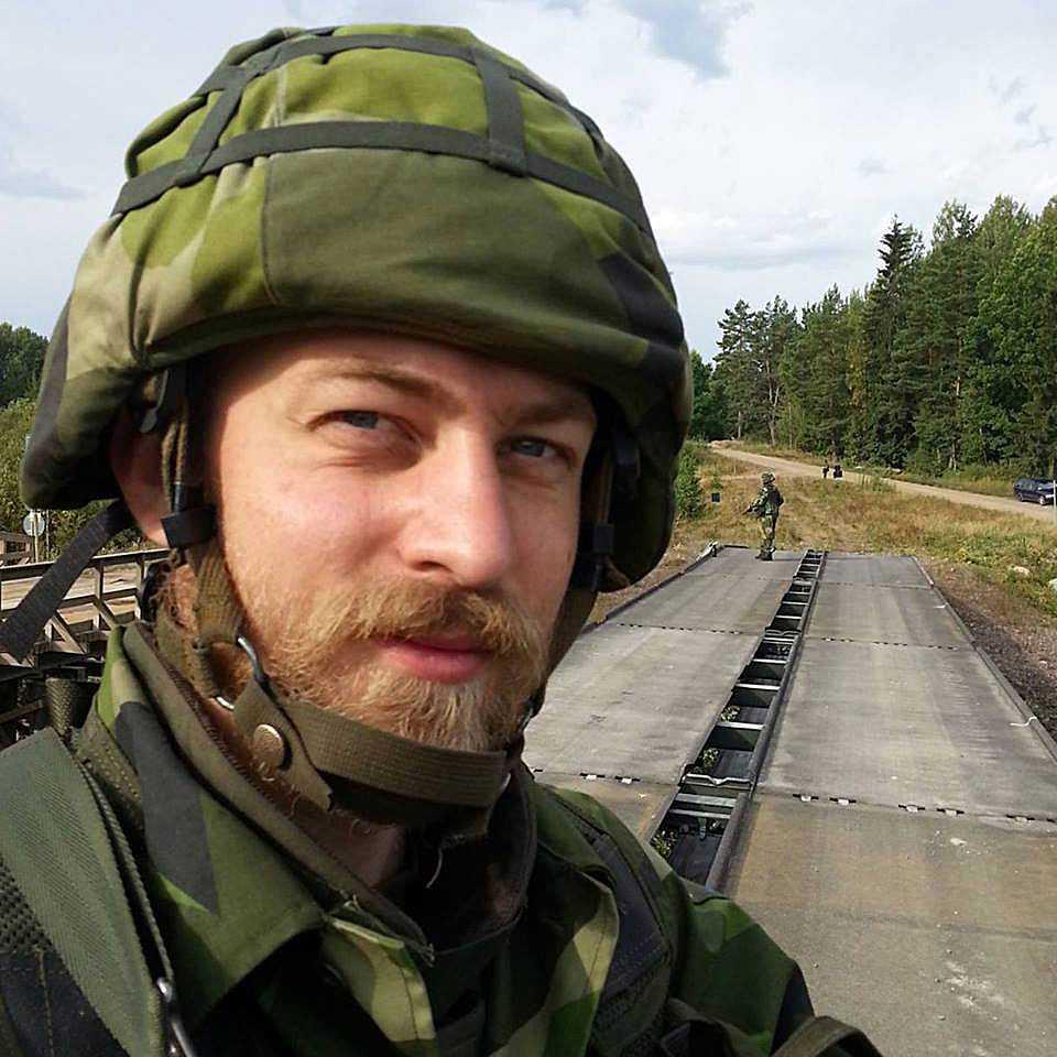 Jonatan von Seth, 28, slår larm om brister i försvaret