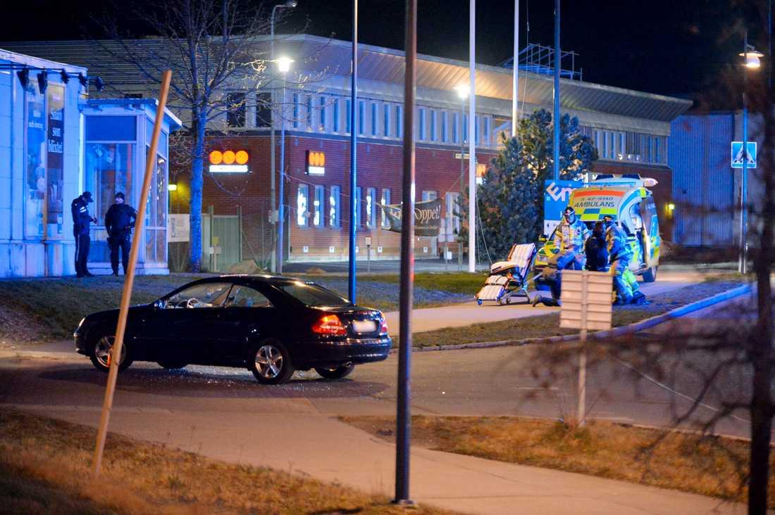 En person har blivit skjuten vid ett köpcentrum i Norrköping. Polisen har spärrat av ett stort område.