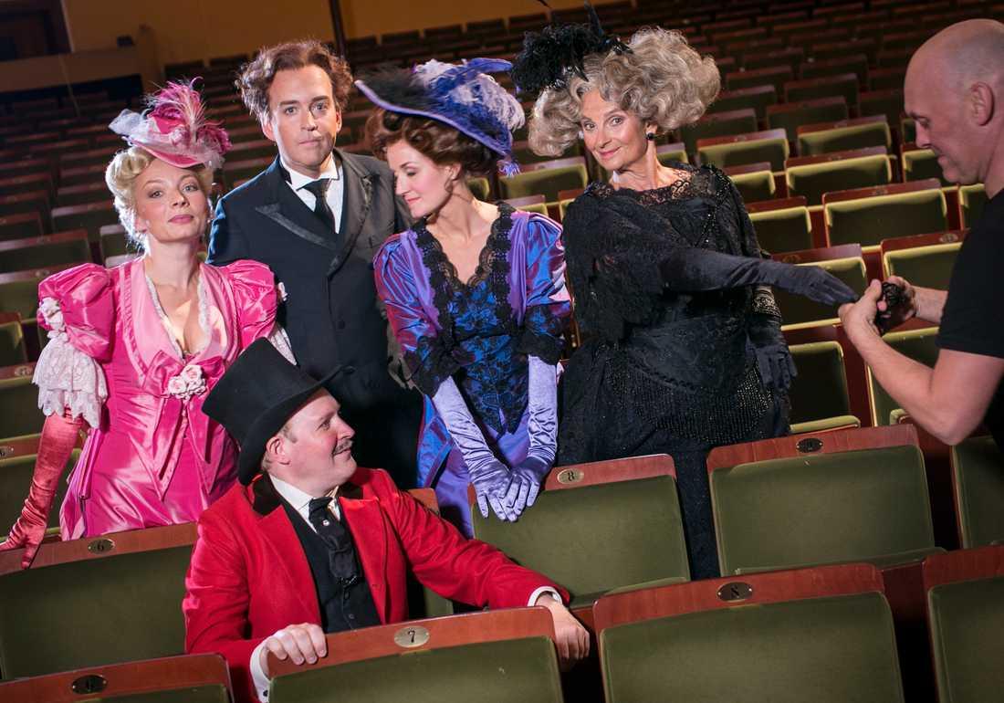 """Ensemblen från föreställningen """"Gentlemannen""""."""