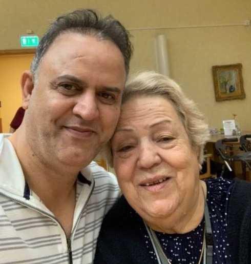 Tumult utbröt när Behnam Shiravand ville se till att hans mamma Kafieh Khanom fick den hjälp hon behövde på akuten. Dagen efter dog hon.