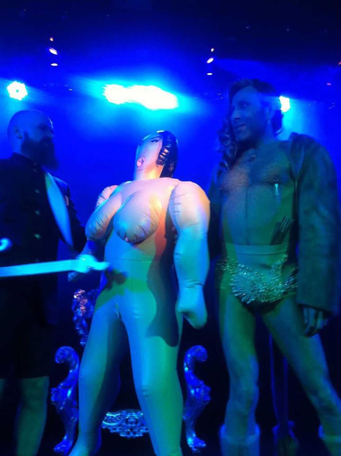 Den uppblåsbara dockan sattes i en tron som liknade den som Camilla Henemark satt i under bandets framträdande i Melodifestivalen.