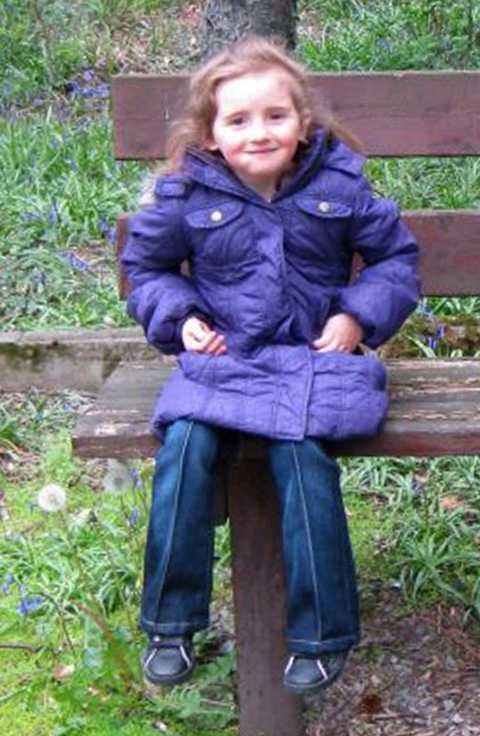 Femåriga April Jones försvann i närheten av sitt hem. Polisen, hundpratruller samt cirka tvåhundra bybor har letat efter den lilla flickan.