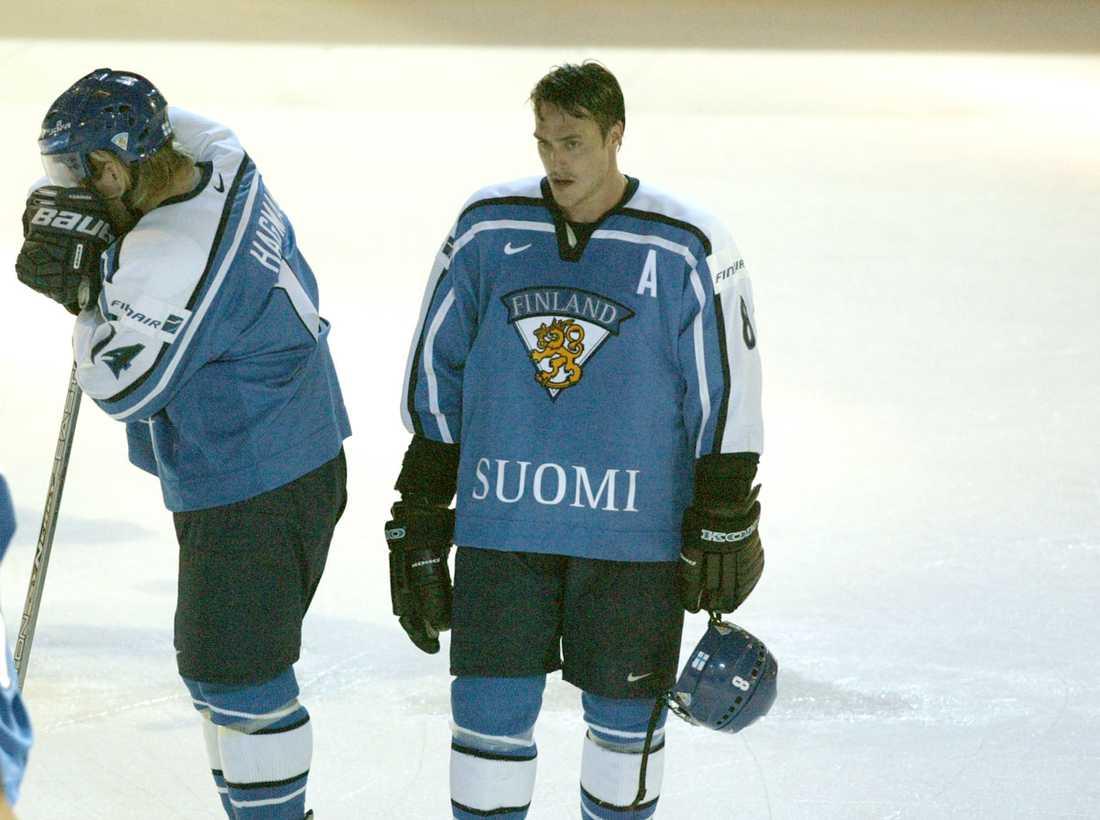 Deppar efter att Sverige vänt 1–5 till 6–5 mot Finland i kvartsfinalen i VM i Helsingfors 2003.