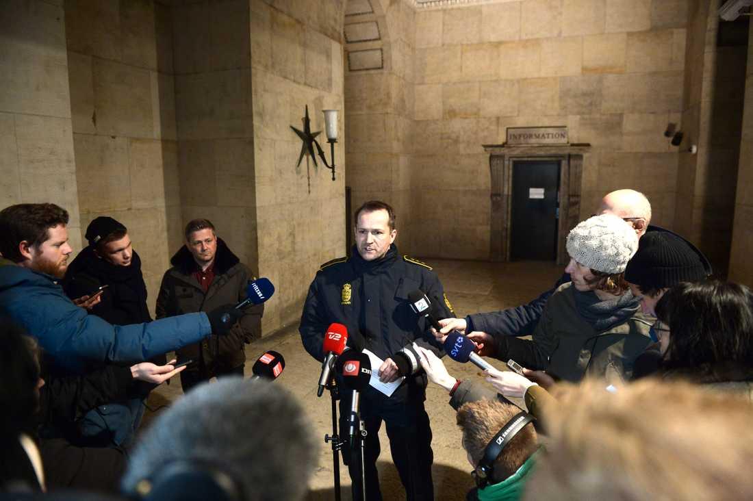 Polisens presskonferens klockan 04.00 på morgonen.