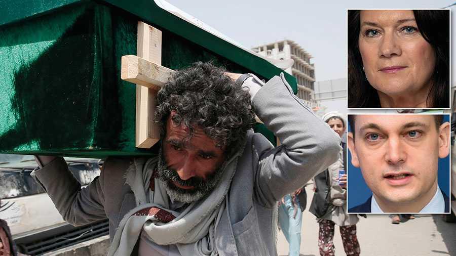 Sveriges nya strategi fyrdubblar Sidas resurser till 80 miljoner kronor årligen och ger dem ett bredare mandat i Jemen, skriver Ann Linde och Per Olsson Fridh. På bilden bär en man en kista efter en saudisk flygattack i Saada, Jemen.