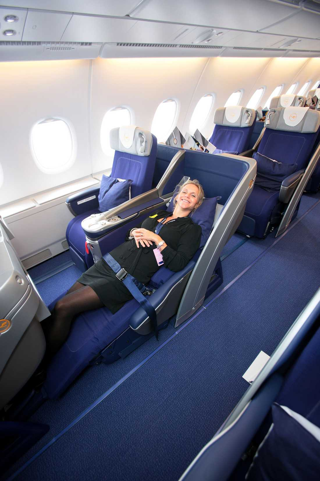 Anna Sten på Lufthansa visar hur skönt det kan vara i affärsklass –för den som har råd.