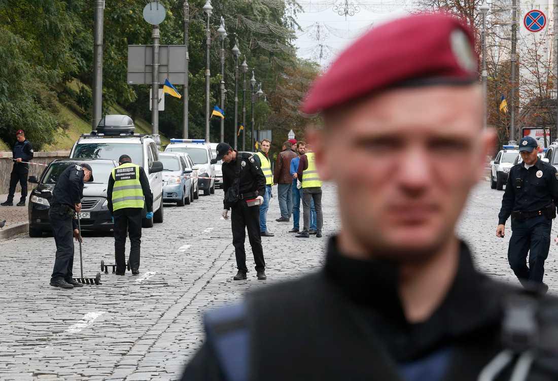 """Ett """"okänt föremål"""" exploderade i närheten av en militärparad i centrala Kiev."""