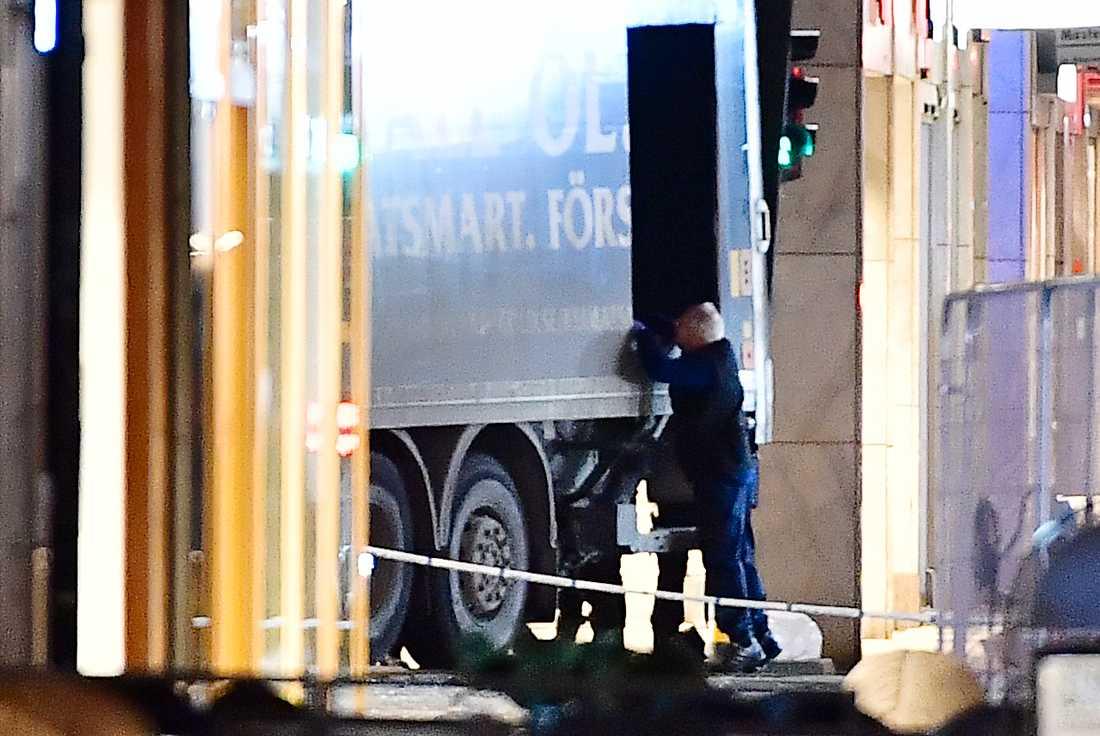 Lastbilen som kapades och användes i attacken bärgas bort.