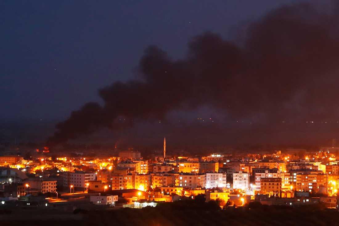 Rök stiger från Ras al-Ayn efter turkiska lufträder. Bilden är tagen från Ceylanpinar, den turkiska grannorten på andra sidan gränsen.
