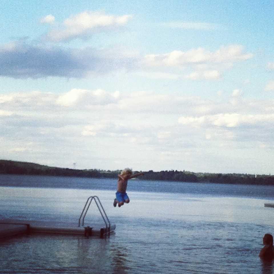 Liam hoppar från bryggan i Bålsta.
