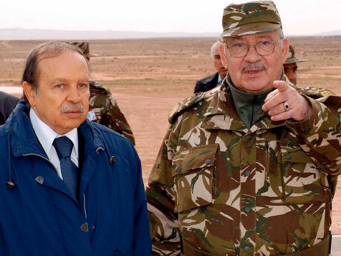 Militärens ledare Ahmed Gaed Salah (höger) vill att president Abdelaziz Bouteflika (vänster) avsätts. Arkivbild från 2005.