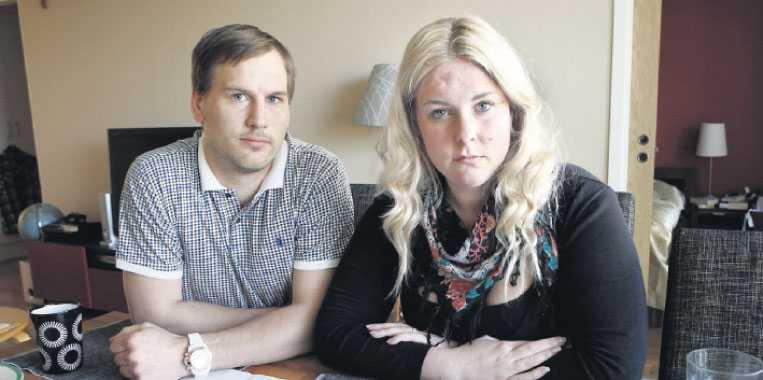 trauma Tobias Piltsenek och Nellie Nilsson såg fram emot sitt första barn. Men Vilhelmina dog i magen i åttonde månaden. Förlossningen blev ett trauma och båda två sjukskrevs en tid. Nu underkänner Försäkringskassan deras läkarintyg, paret blir utan ersättning och tvingas gå tillbaka till jobbet.