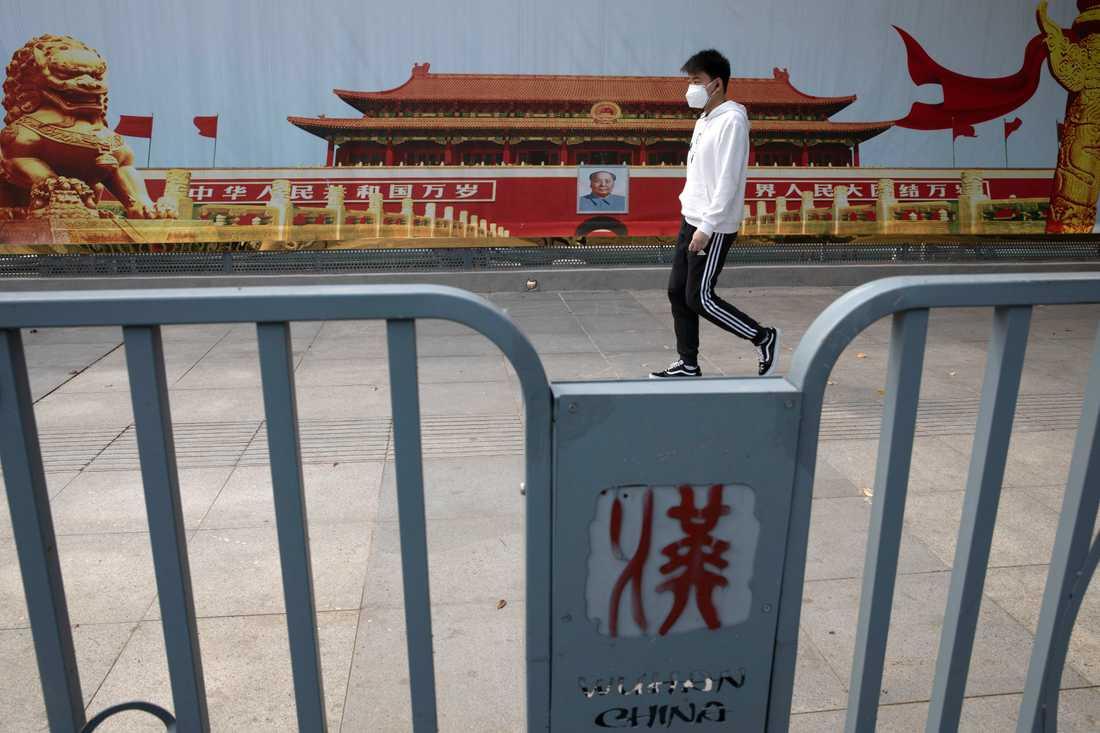 En man på promenad i den kinesiska staden Wuhan, där det nya coronaviruset först upptäcktes,