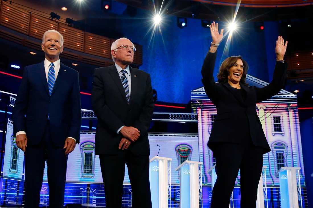 Inför torsdagskvällens debatt riktas blickarna mot Joe Biden (längst till vänster) samt Kamala Harris (längst till höger) I mitten Bernie Sanders. Bilden är från förra månadens tv-sända debatt. Arkivbild.