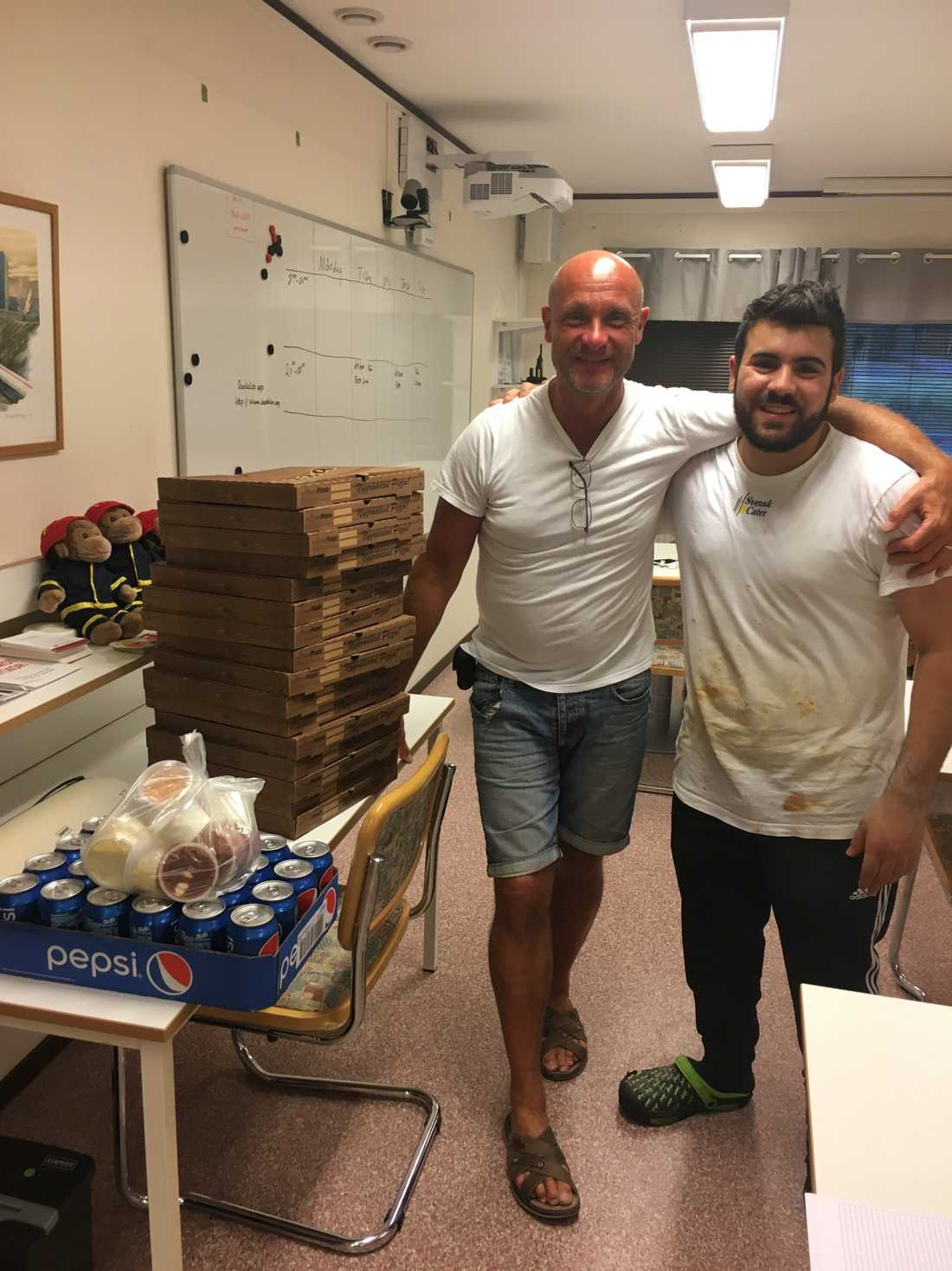 Styrkeledaren Rodel Eriksson tog emot pizzabudet.