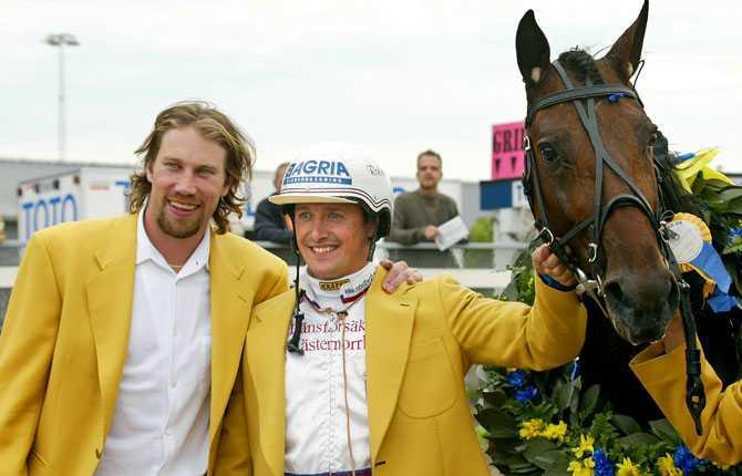PÅ ANNAN ARENA Trav är ett stort intresse för Peter   och även travet har inneburit segrar. Här poserar han med Robert Bergh och Forsbergägda hästen Tsar D'Inverne efter segern i Svenskt Travderby 2003.