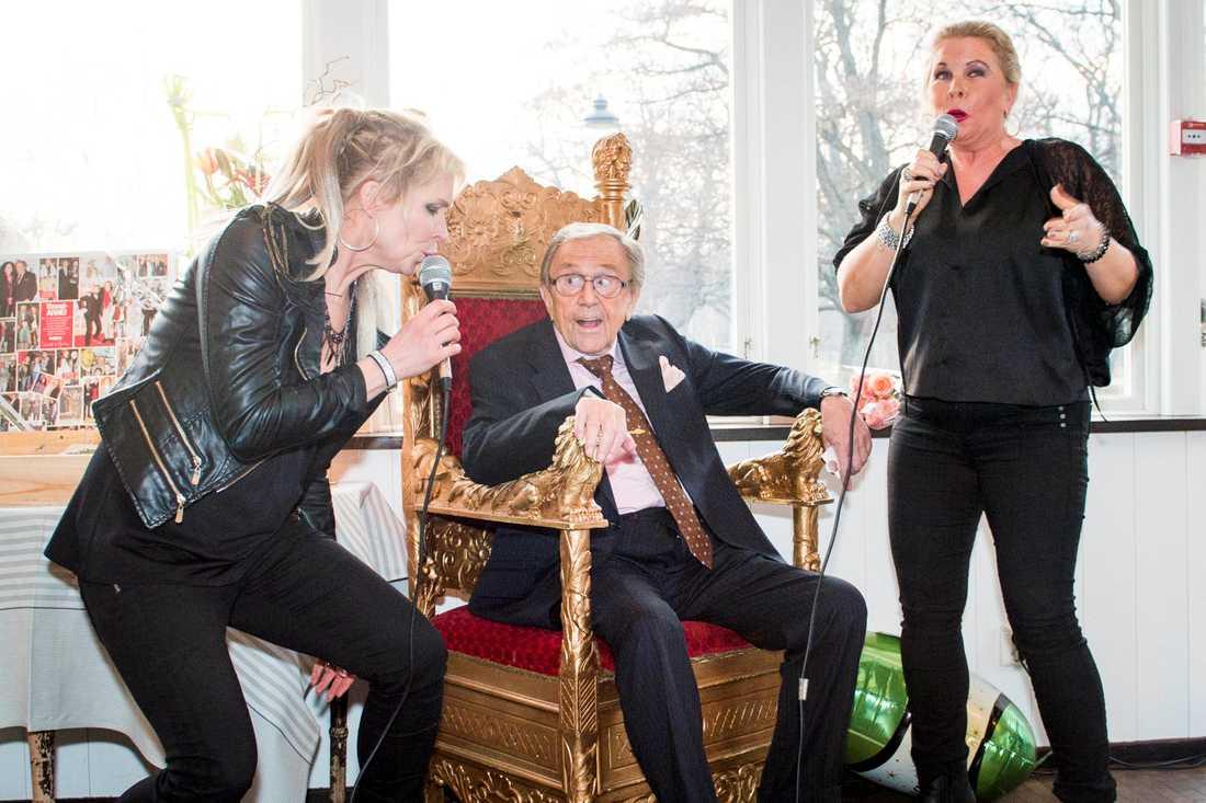 TV-profilen Arne Weise sjunger med Lili och Susie Päivärinta då han firar sin 85-årsdag 28 februari 2015.