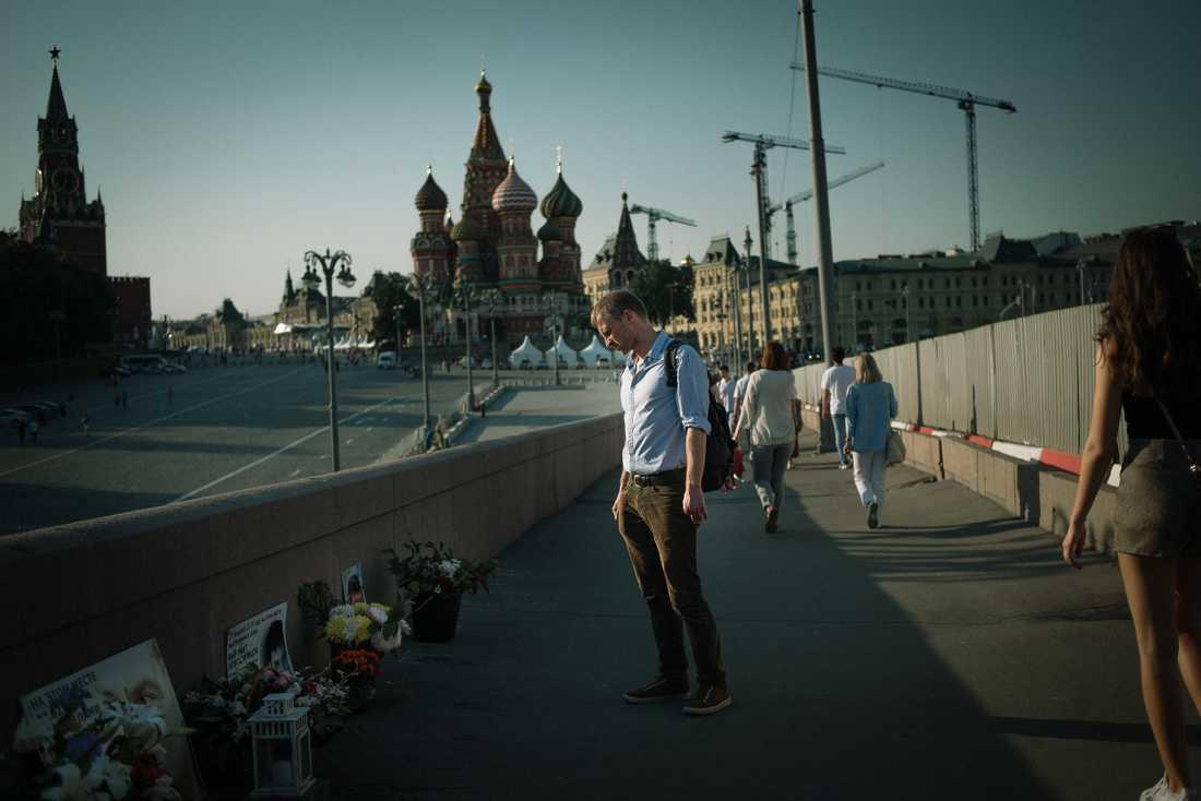 Aleksej Sachnin på platsen där vännen och liberale politikern Boris Nemtsov sköts 2015. De kände varandra från proteströrelsen mot Putin 2011-2012. Nemtsov försökte bland annat med hjälp av Carl Bildt smuggla ut den fängslade Sergej Udaltsov.