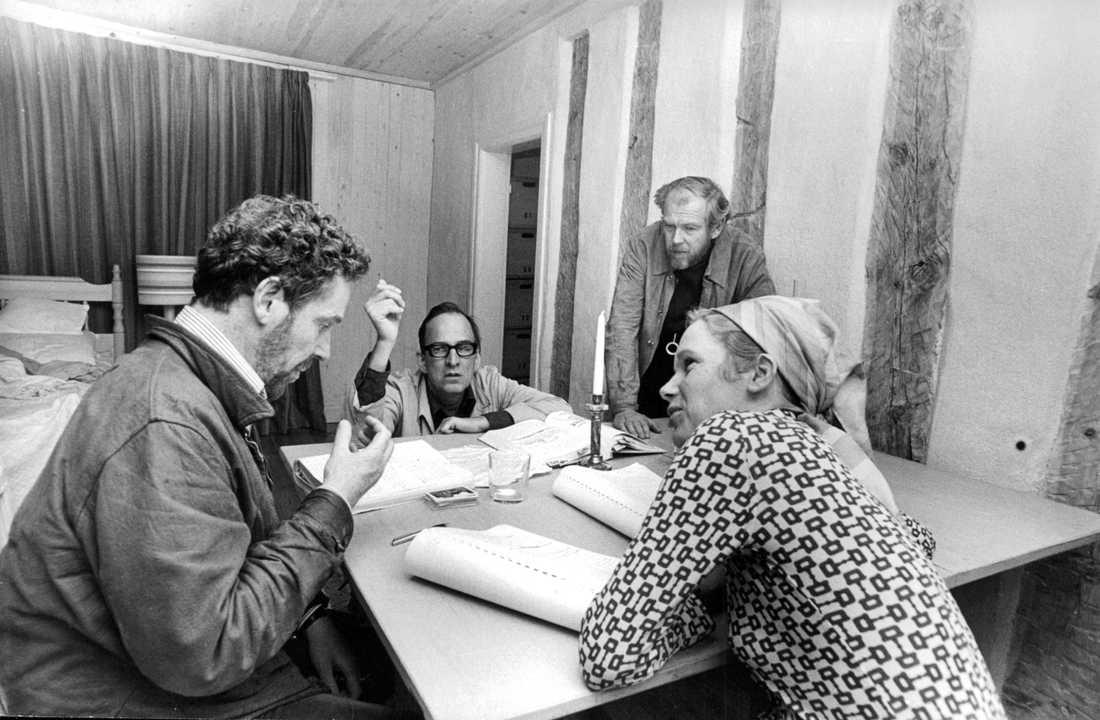 """Regissören Ingmar Bergman tillsammans med skådespelarna Erland Josephson och Liv Ullmann (i förgrunden) och filmfotografen Sven Nykvist under genomgången av manuskriptet till tv-pjäsen """"Scener ur ett äktenskap"""". Arkivbild."""