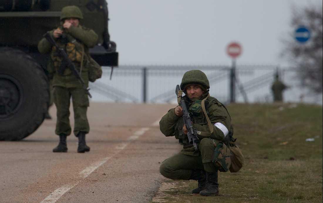 De ryska soldaterna blockerar vägen till militärflygplatsen i Sevastopol, 28 februari 2014.