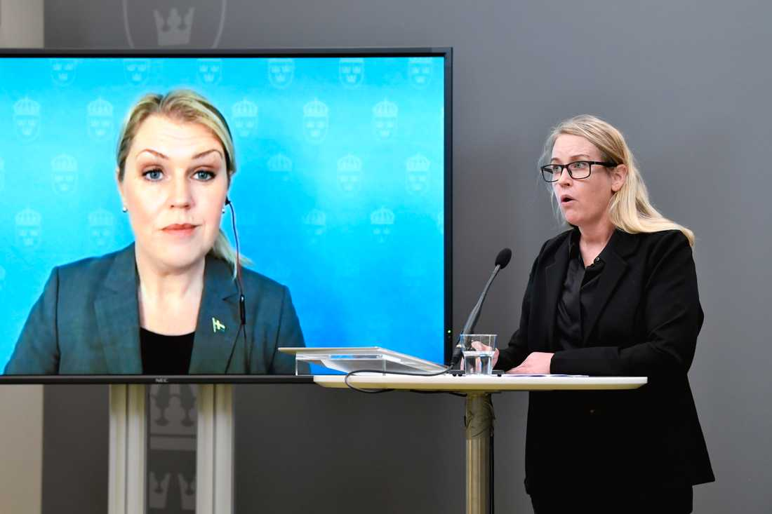 """Åsa Kullgren, regeringens särskilda utredare, överlämnar sitt delbetänkande """"En stärkt försörjningsberedskap för hälso- och sjukvården"""" till socialminister Lena Hallengren vid en pressträff i Rosenbad."""