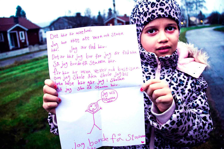 Nadine, 8 år, har bott i Sverige i hela sitt liv. Nu ska hon utvisas till Algeriet, som hon aldrig varit i. I februari vädjade hon i ett öppet brev om att få stanna. Nu får hon stöd av politikerna i Söderhamn.