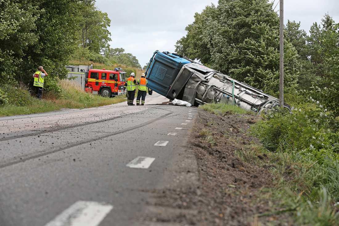 En lastbil har blåst av vägen på Orust.